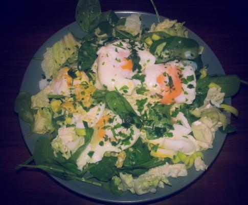 Zielona sałatka z jajkiem i winegretem