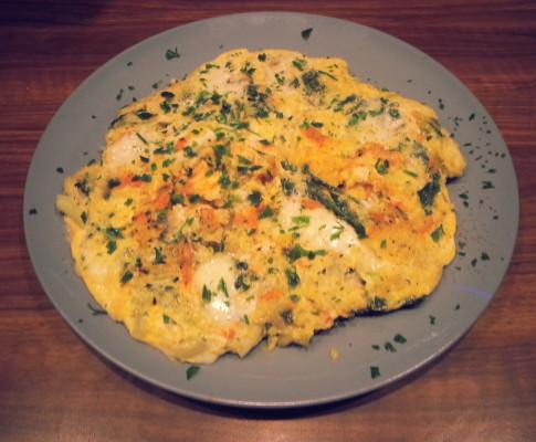 Omlet z warzywami, kaszą jaglaną i marynowaną mozzarella