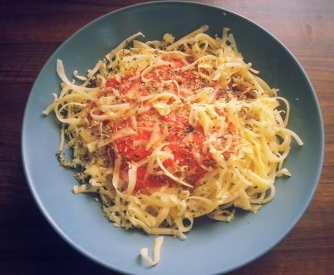 Spaghetti z sosem pomidorowym.