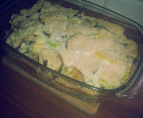 Zapiekanka z kurczakiem, cukinią i bakłażanem w sosie beszamelowym